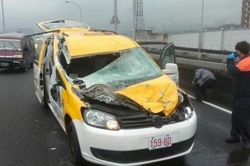 Tài xế taxi kể lại khoảnh khắc bị máy bay Đài Loan quẹt trúng xe 7