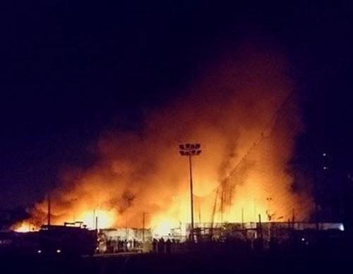 Kho chứa đồ nội thất gần 1000m2 cháy đỏ trời giữa đêm 4