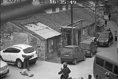 TQ: Hàng chục người bỏ mặc cụ già nằm gục trên đường, bị xe cán chết 6
