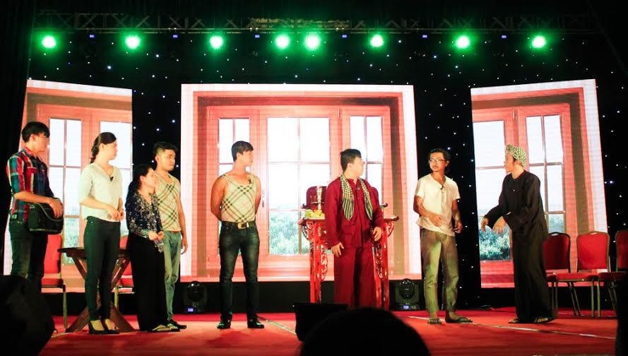 Hoài Linh khiến khán giả rơi nước mắt trong liveshow đầu ở Bình Dương 9