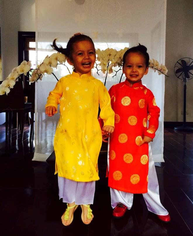 Cặp song sinh nhà Hồng Nhung hào hứng diện áo dài đón Tết 8