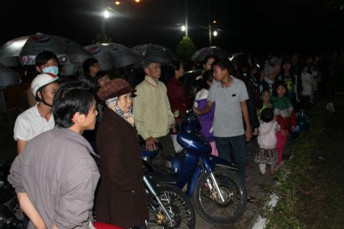 Hàng nghìn người xếp hàng trong đêm đợi viếng ông Nguyễn Bá Thanh 4