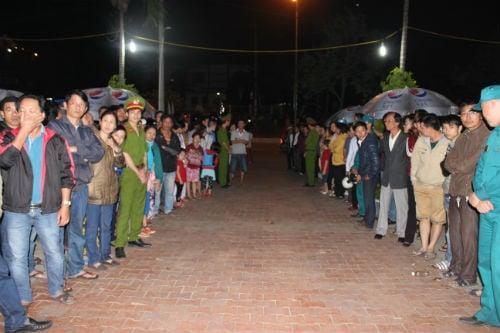 Hàng nghìn người xếp hàng trong đêm đợi viếng ông Nguyễn Bá Thanh 6