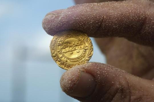 Phát hiện kho vàng khổng lồ ngoài khơi Israel 7