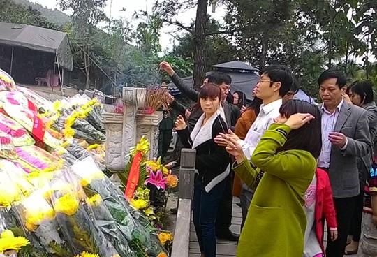 Ngàn người về đảo Yến thành kính viếng mộ đại tướng Võ Nguyên Giáp 11