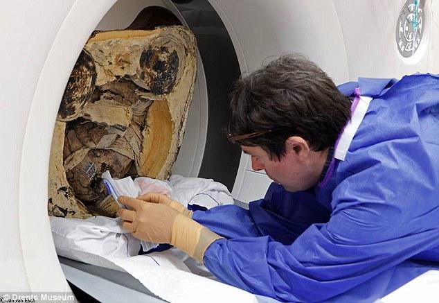 Phát hiện xác ướp nhà sư trong tượng phật 1000 năm tuổi 7