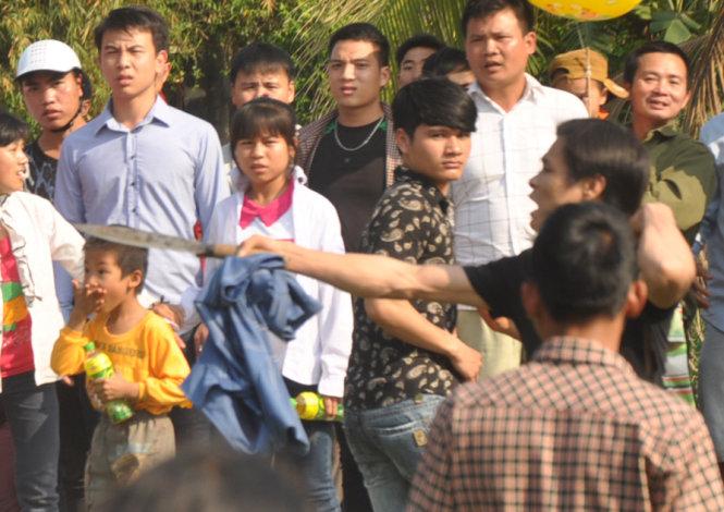 Hết hỗn chiến ở đền Gióng lại vung dao giữa lễ hội cướp phết cầu may 4