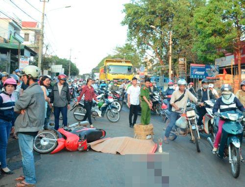 Sụp ổ gà ngã xuống đường, thiếu nữ bị xe tải cán tử vong 5