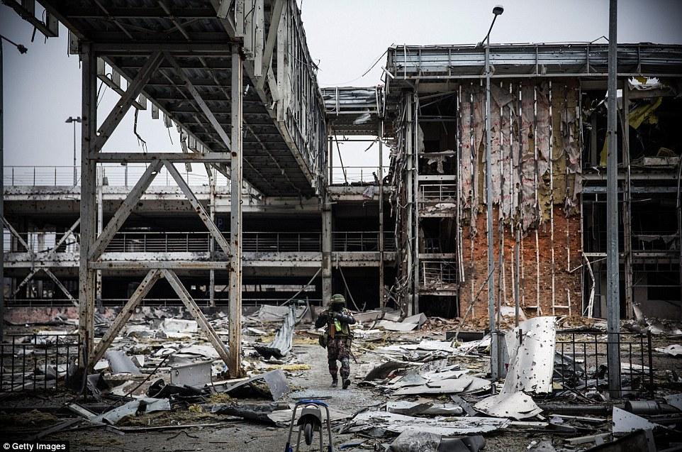 """Chùm ảnh: Nỗi đau """"ngày tận thế"""" tái hiện tại miền đông Ukraine 16"""