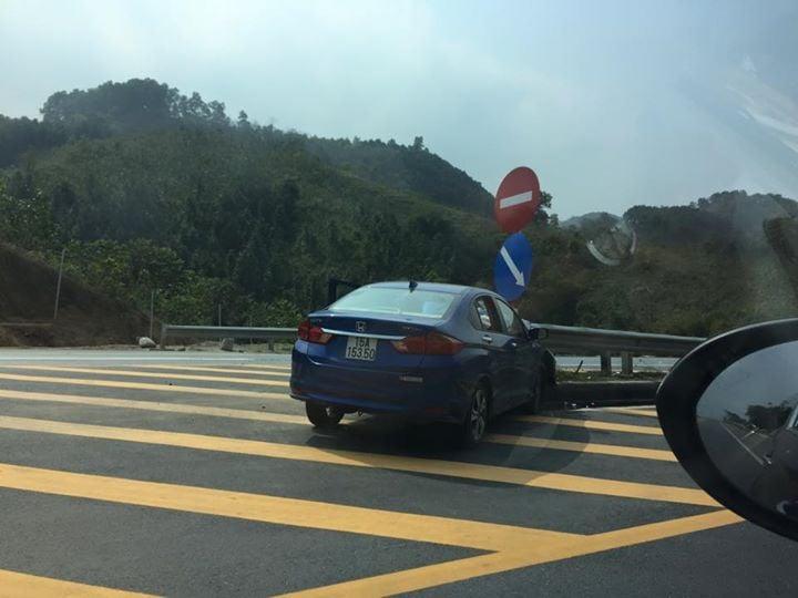 Liên tiếp các vụ ô tô lao vào Ta-luy trên đường cao tốc Nội Bài - Lào Cai 7