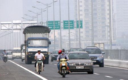 Đề xuất tịch thu xe máy đi vào làn đường cao tốc 5