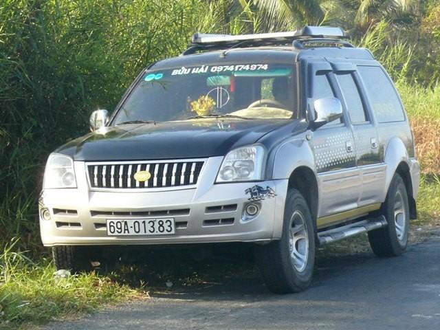 Hàng chục người dân truy đuổi xe ô tô nghi gây tai nạn 5