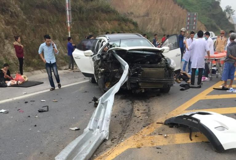 Hiện trường vụ ô tô đâm xuyên lan can cao tốc Nội Bài, Lào Cai 4