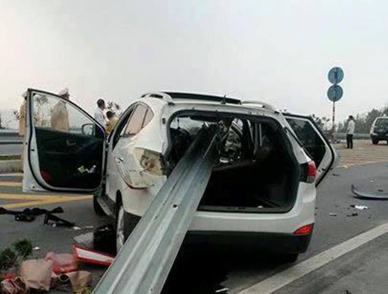 Hiện trường vụ ô tô đâm xuyên lan can cao tốc Nội Bài, Lào Cai 5