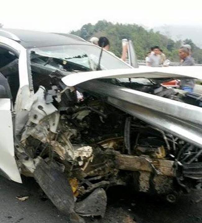 Hiện trường vụ ô tô đâm xuyên lan can cao tốc Nội Bài, Lào Cai 6