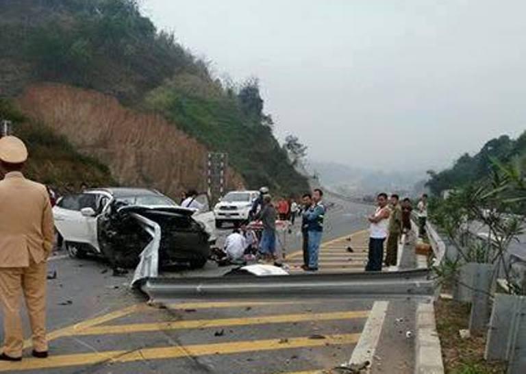 Hiện trường vụ ô tô đâm xuyên lan can cao tốc Nội Bài, Lào Cai 7