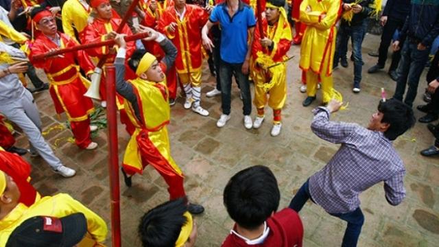 'Hỗn chiến tại đền Gióng là... phong tục lễ hội'? 4
