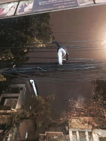 Sởn da gà nhìn nam thanh niên trèo qua dây điện để vào nhà 4