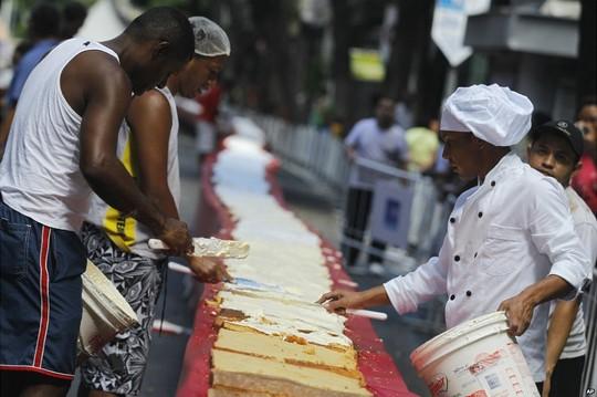 Tròn mắt với chiếc bánh sinh nhật dài 450 mét ở Brazil 4