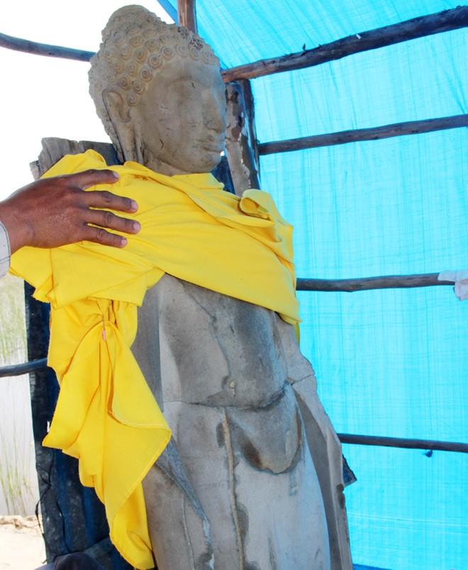 Tượng Phật cao 1,6 m dưới ao tôm ở miền Tây là tượng cổ 5