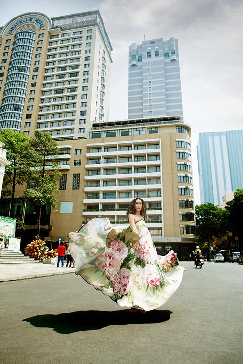 Siêu mẫu Lại Thanh Hương tung tăng váy xòe xuống phố 8