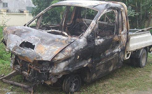 Xe tải bốc cháy ngùn ngụt, hai người thương vong         4