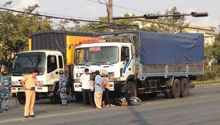 Hai mẹ con bị cuốn vào gầm xe tải may mắn thoát chết 5