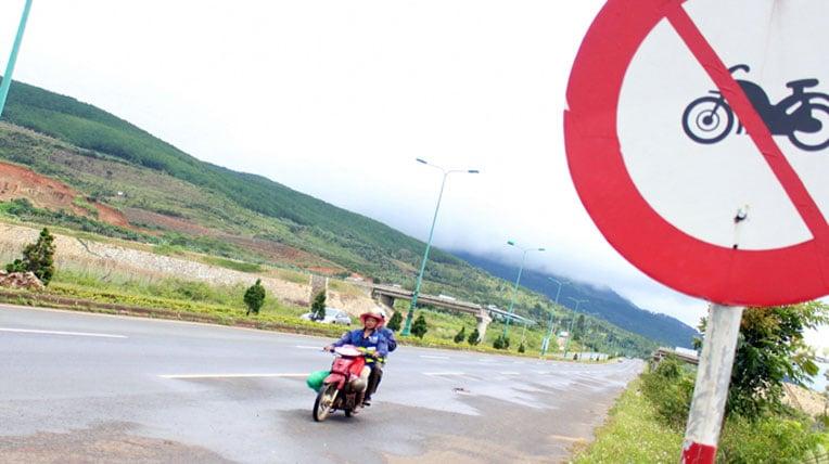 Kiến nghị tịch thu xe máy đi vào đường cao tốc 4