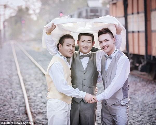 Ba chàng trai đồng tính kết hôn sau 5 năm sống chung 4