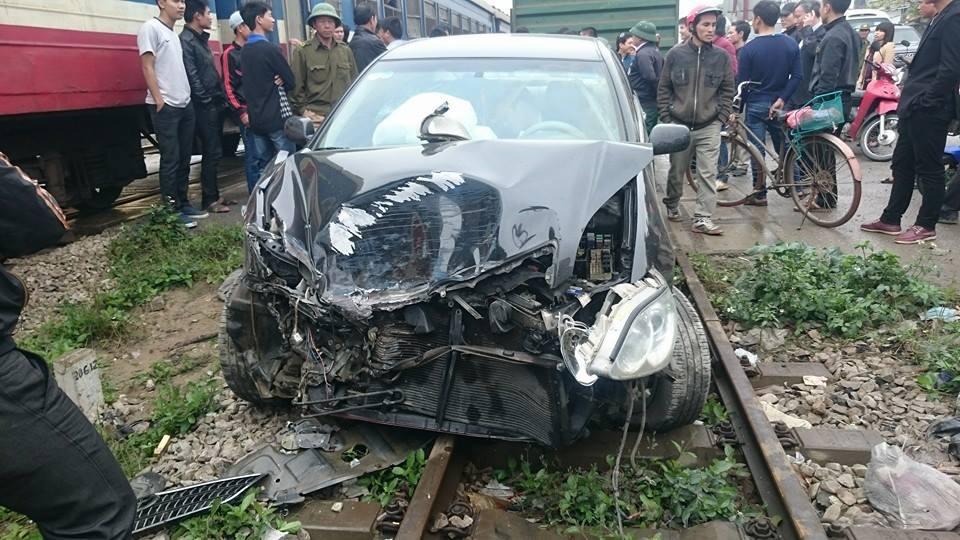 Toyota Camry gặp tai nạn vì chờ tàu hỏa quá gần 6