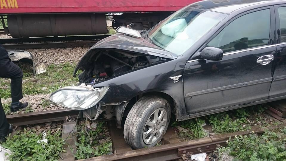 Toyota Camry gặp tai nạn vì chờ tàu hỏa quá gần 5