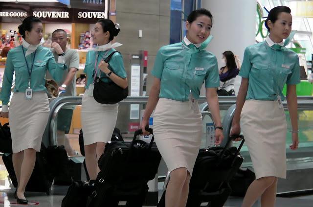 Top 10 đồng phục tiếp viên hàng không đẹp, quyến rũ nhất thế giới 17