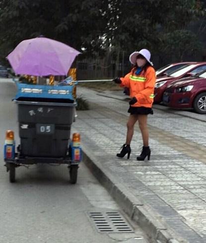 Nữ lao công mặc váy ngắn, đi giày cao gót quét rác gây xôn xao mạng 5