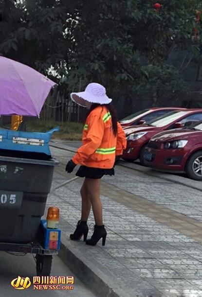 Nữ lao công mặc váy ngắn, đi giày cao gót quét rác gây xôn xao mạng 4