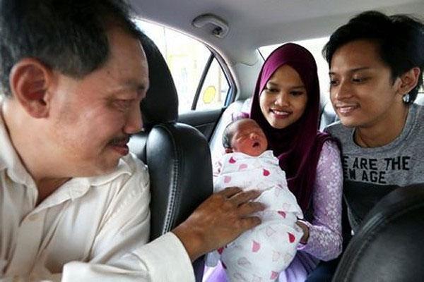 Tình huống khẩn cấp, chồng đỡ đẻ cho vợ ngay trên taxi 7