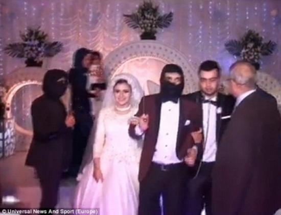 Đám cưới nhái cảnh phi công Jordan bị thiêu sống gây sốc 5