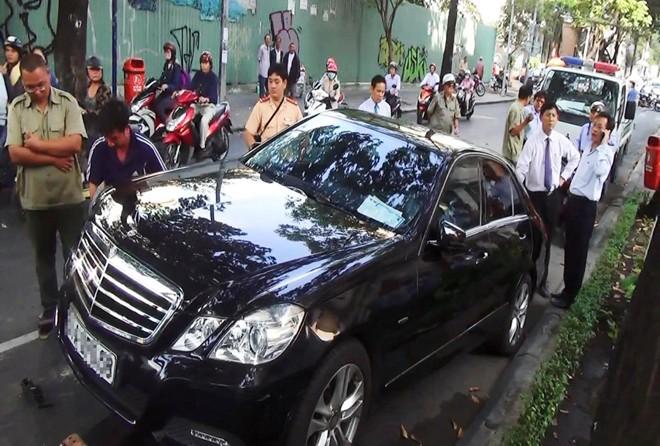 Người đàn ông lái Mercedes 4 chỗ đột tử khi đang lái xe 4
