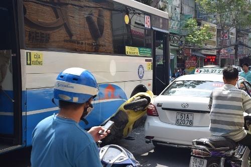 Xe buýt, xe máy và taxi tông nhau liên hoàn  5