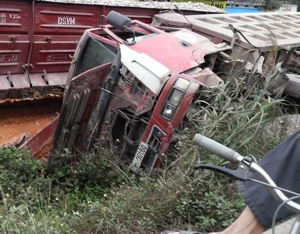 Tàu hỏa đâm ô tô, tài xế nhảy khỏi cabin thoát thân 7