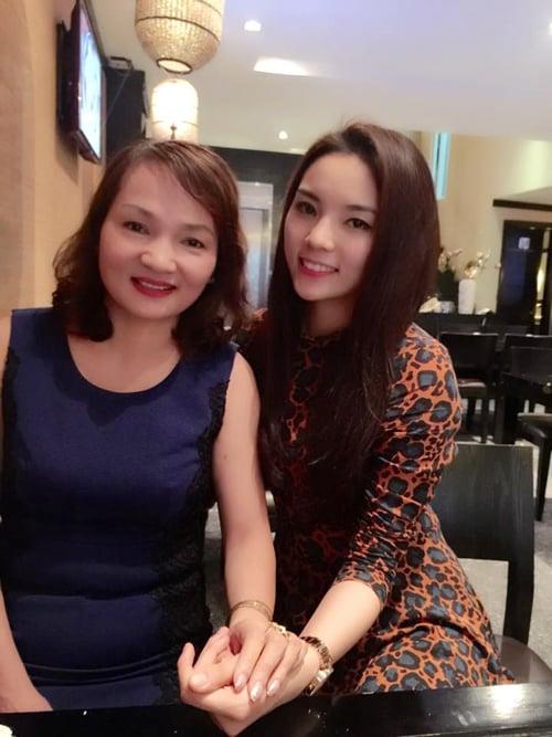 Facebook sao Việt 9/3: Ngọc Trinh khoe ảnh đi chơi với bạn trai bí mật 6