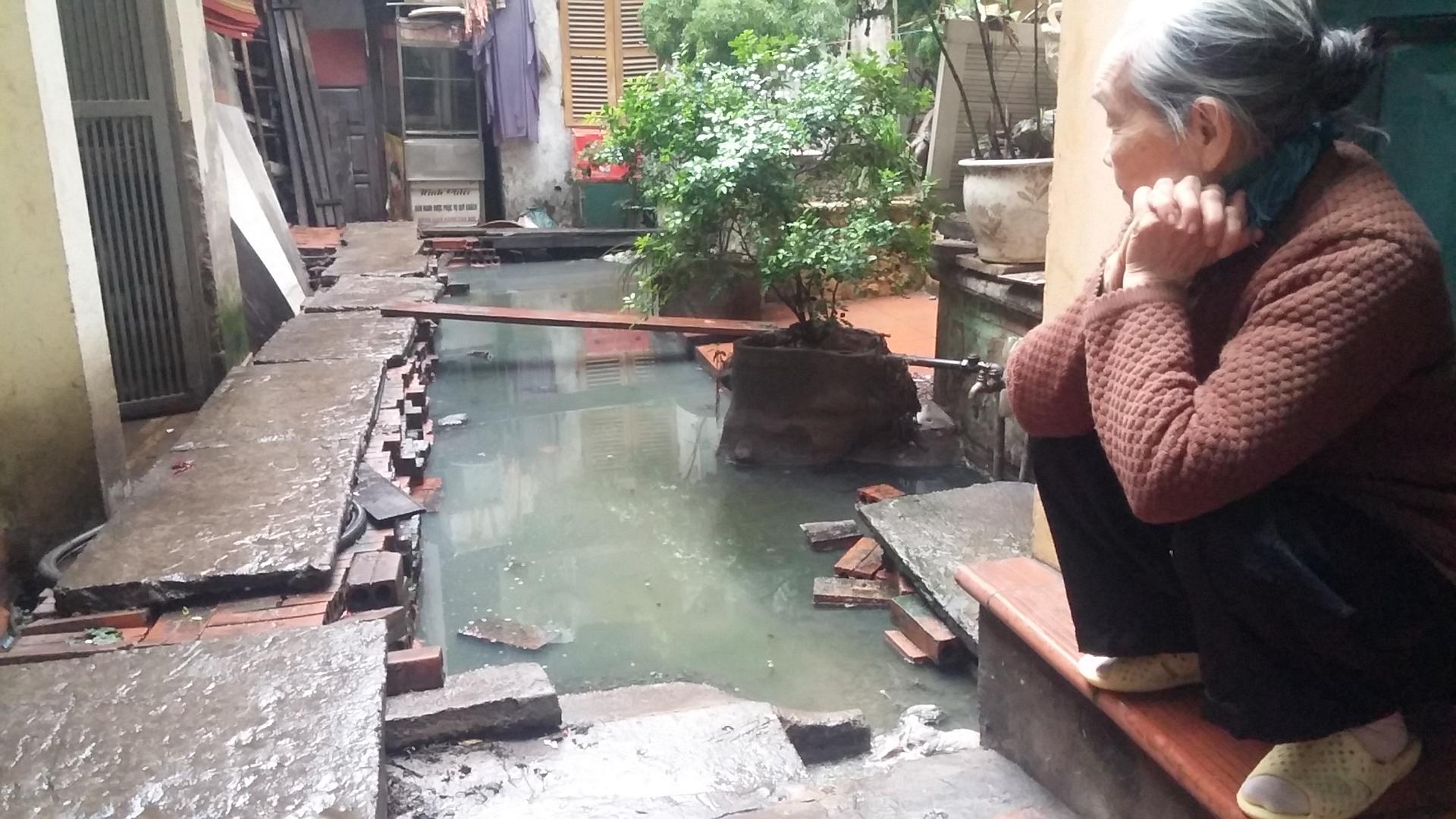 Video: Cận cảnh nơi người Hà Nội phải đi vệ sinh bằng... túi bóng 7