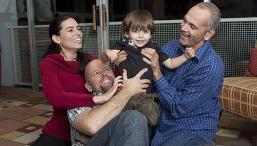 Cuộc sống kỳ lạ của cậu bé trong gia đình có một mẹ, hai bố 7