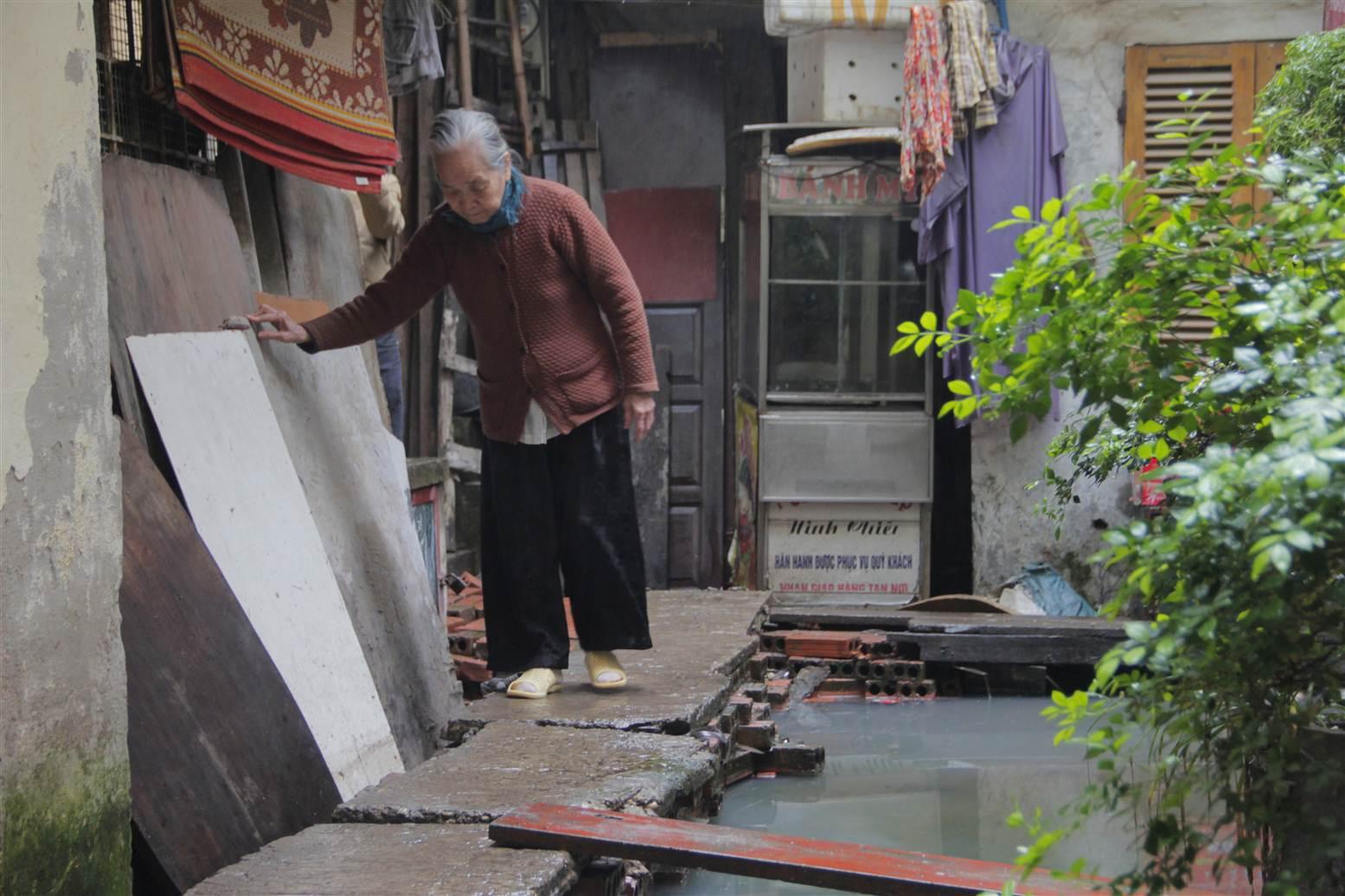 Video: Cận cảnh nơi người Hà Nội phải đi vệ sinh bằng... túi bóng 8