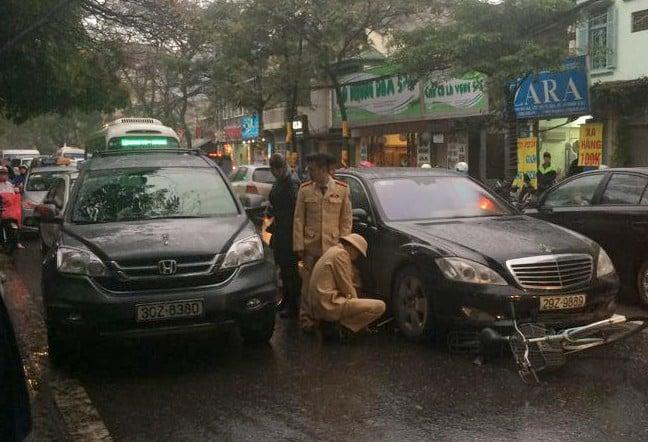 Bỏ chạy sau khi tông nữ sinh, tài xế xe Mercedes bị người dân truy đuổi 4