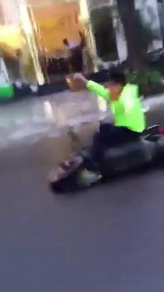 """""""Dân chơi"""" lái xe bằng hai chân bị ngã đập mặt xuống đường 8"""