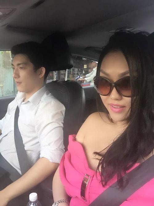 Phi Thanh Vân hạnh phúc khoe ông xã tặng xế hộp xịn 5