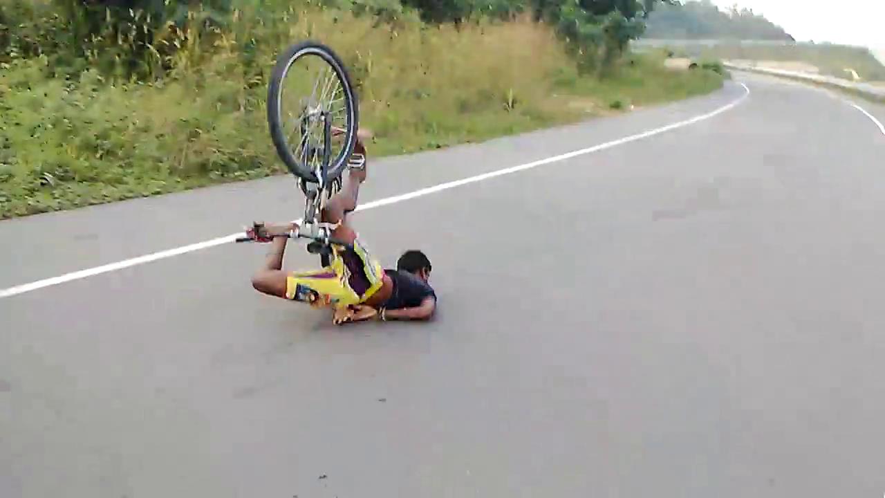 Vượt qua dàn người, nam thanh niên bị ngã giập mặt xuống đường 7
