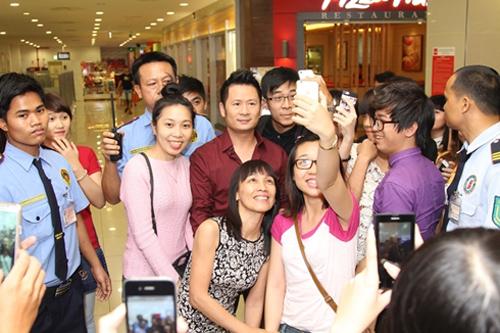 Bằng Kiều bị fan nữ vây kín giữa trung tâm siêu thị 6