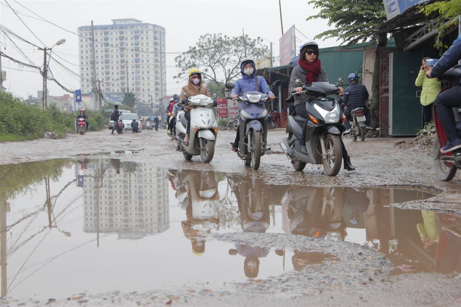 Video: Người dân Hà Nội khổ sở vượt con đường