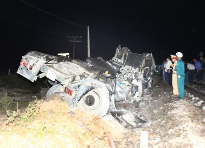 Tàu hỏa SE8 suýt đâm xe tải mắc kẹt trên đường sắt Bắc Nam 4